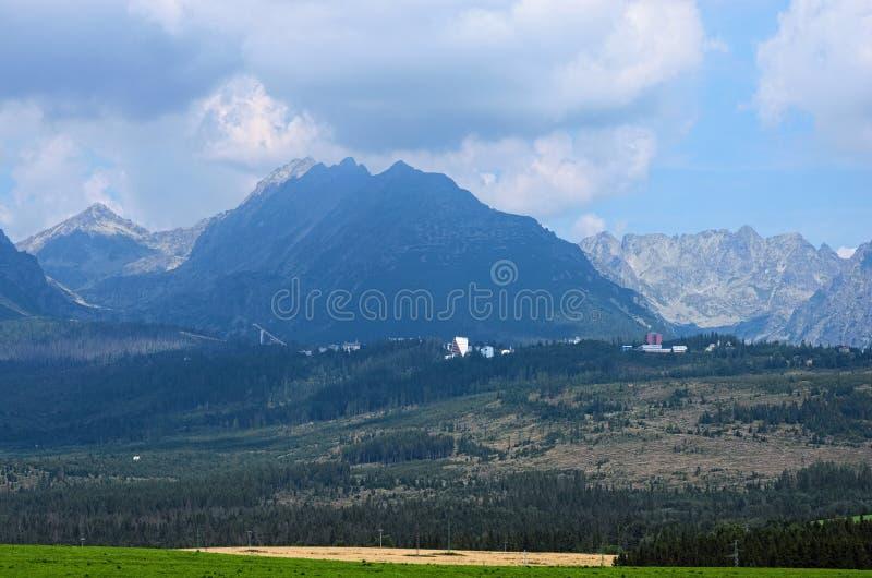 高Tatra山脉的风景视图在多云天空下 山的脚的小镇 斯洛伐克 免版税库存图片