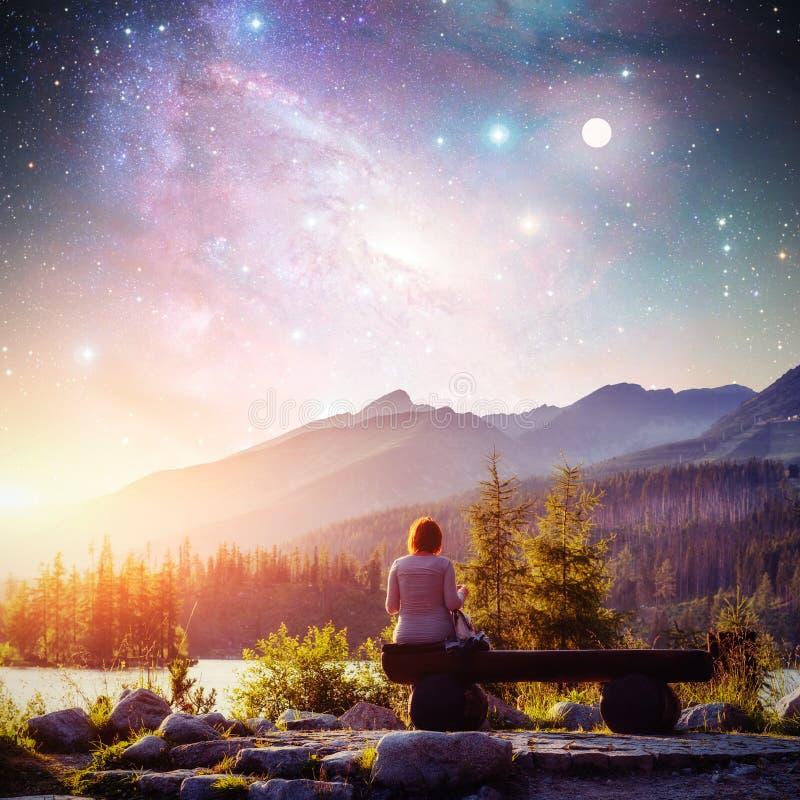 高Tatras山的,斯洛伐克,欧洲湖Strbske普莱索 意想不到的满天星斗的天空和银河 女孩坐a 库存图片