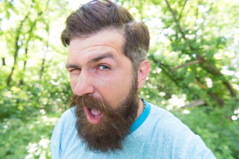 髭使我做它 闪光与时髦的髭形状的有胡子的人 有织地不很细髭头发的残酷行家 免版税库存照片