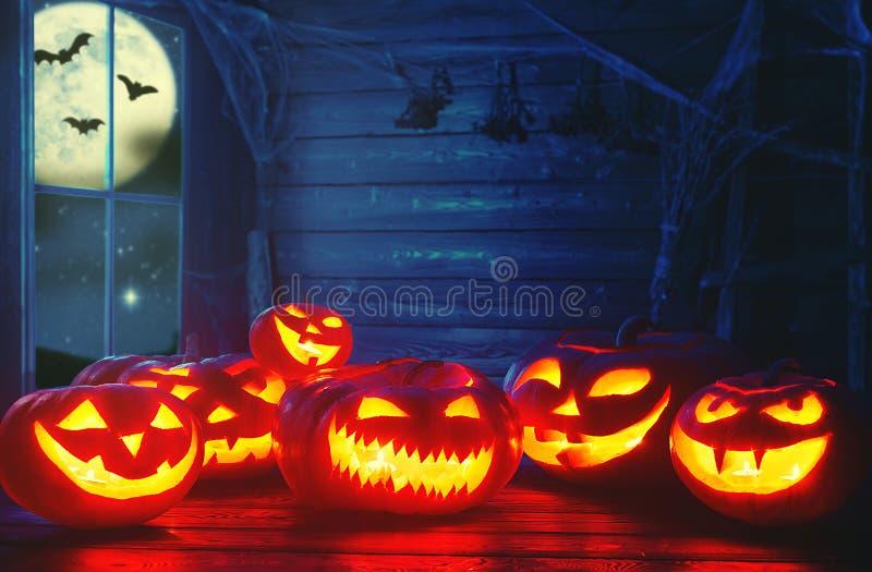 鬼的万圣节背景 与灼烧的眼睛的可怕南瓜和 免版税图库摄影
