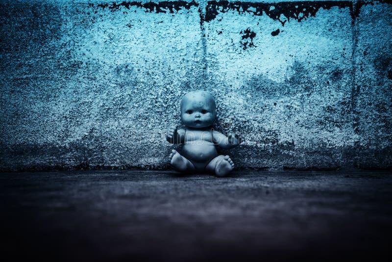 鬼的玩偶在被困扰的房子里 免版税库存图片