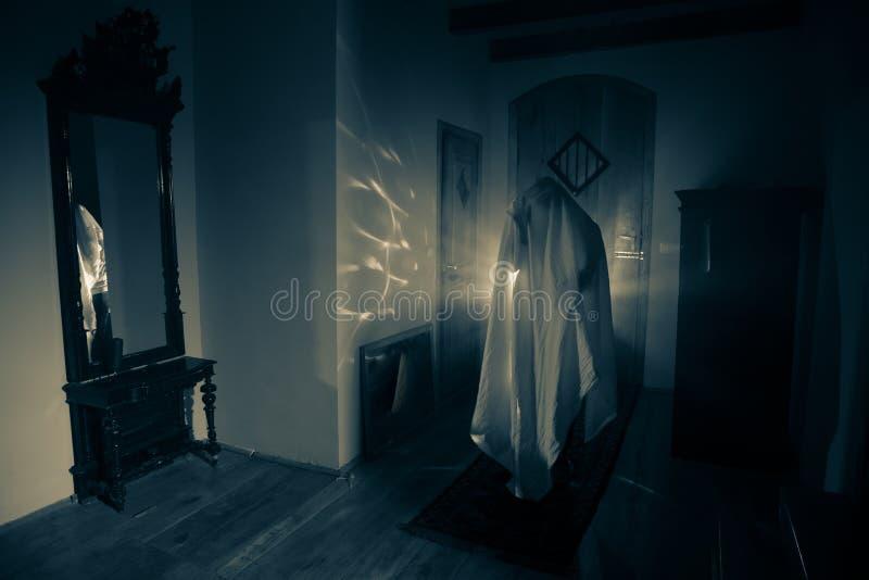 鬼魂恐怖剪影在暗室里面的有镜子的可怕ha 免版税库存照片