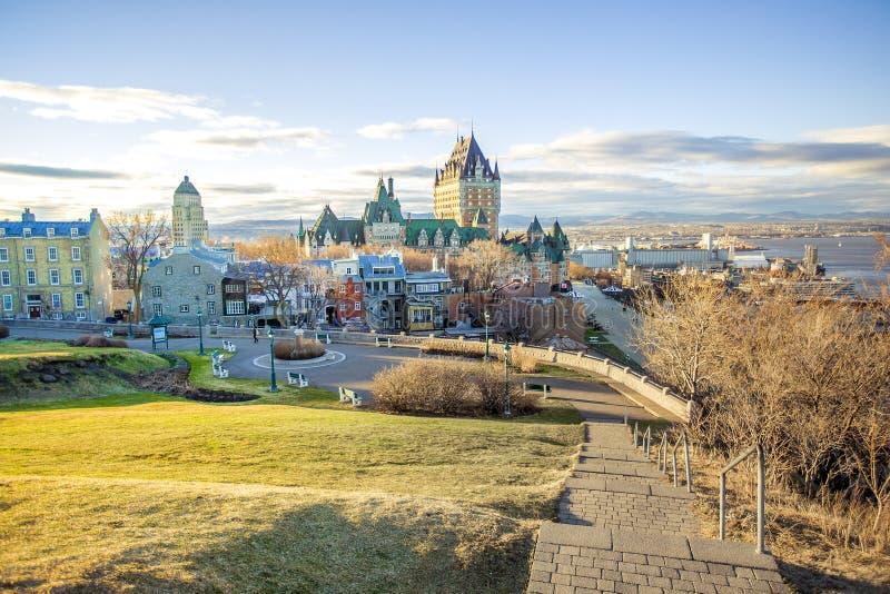 魁北克市都市风景有大别墅的Frontenac在春天 库存照片