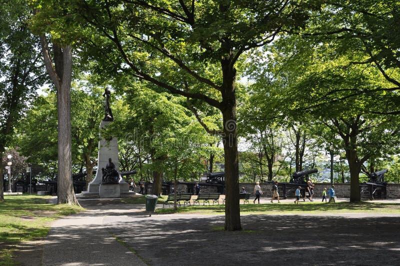 魁北克, 6月28日:有路易斯赫伯特纪念碑的蒙莫朗西公园从老魁北克市在加拿大 库存图片