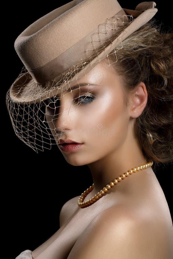 魅力。葡萄酒布朗帽子和面纱的减速火箭的被称呼的浪漫妇女。乡情 免版税图库摄影