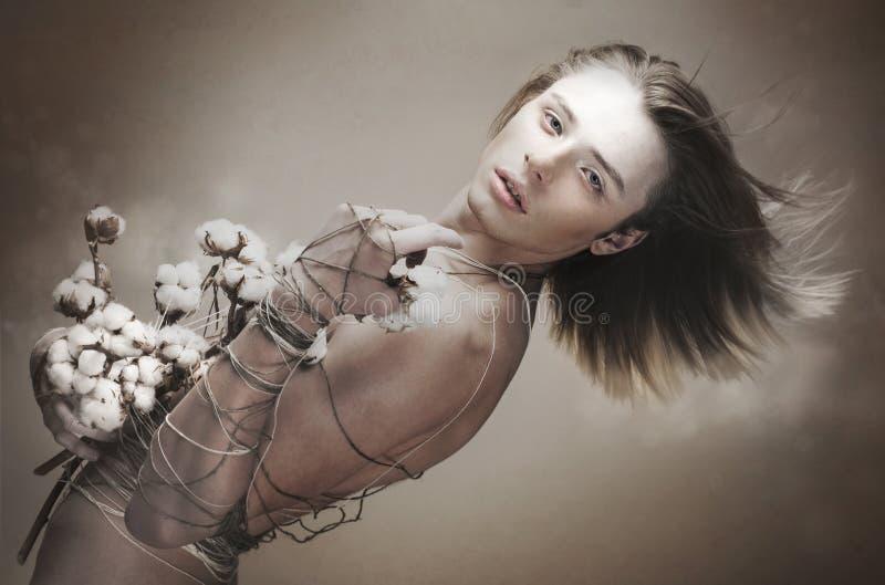 魅力。 动力。 有花的超现代情感人。 时髦有风长的头发 免版税图库摄影