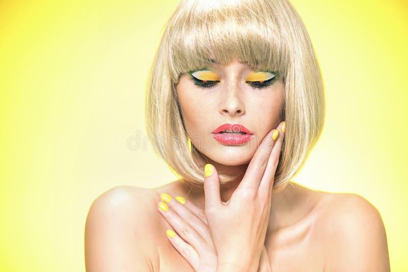 魅力一名白肤金发的妇女的样式画象 免版税库存图片