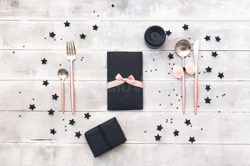 魅力典雅的桌设置 婚礼或党概念 浪漫晚餐 免版税库存图片