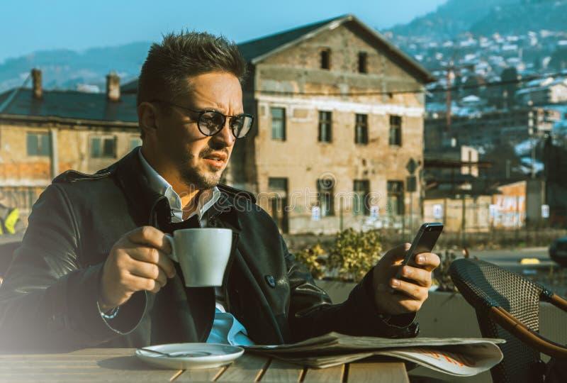 魅力商人获得与咖啡的一些乐趣和机动性 库存照片