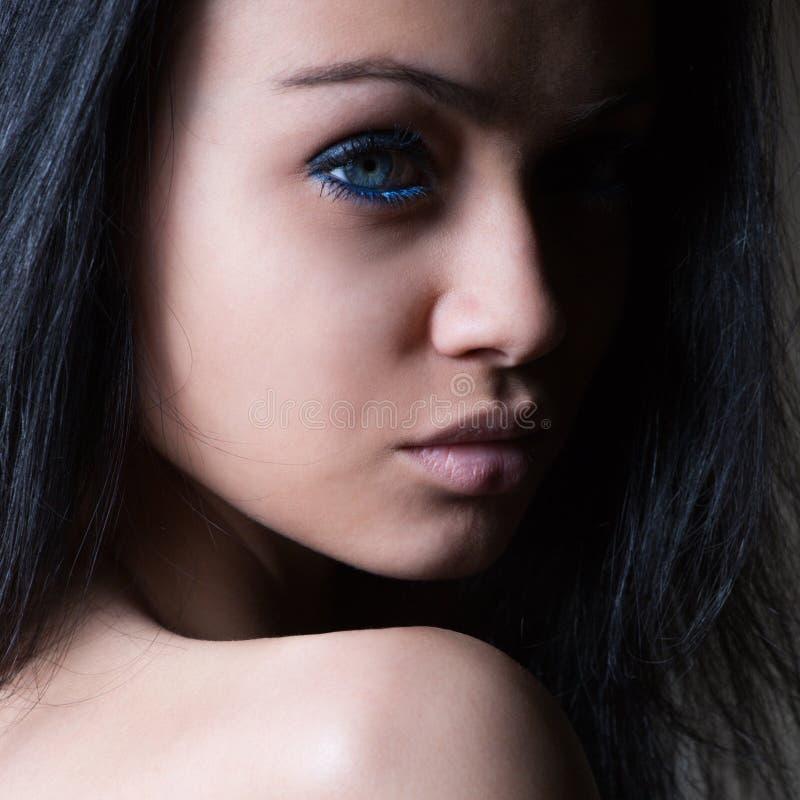 魅力妇女黑暗的面孔画象 免版税库存图片