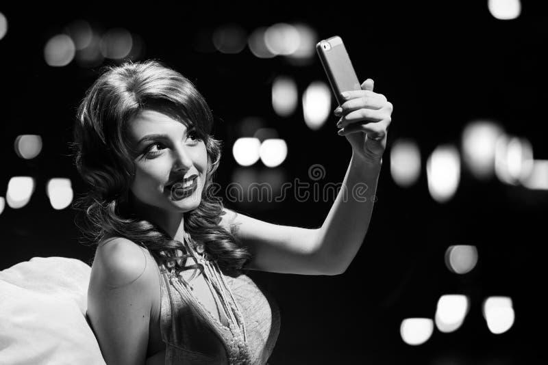 魅力时尚夫人selfie 黑色白色 免版税库存照片