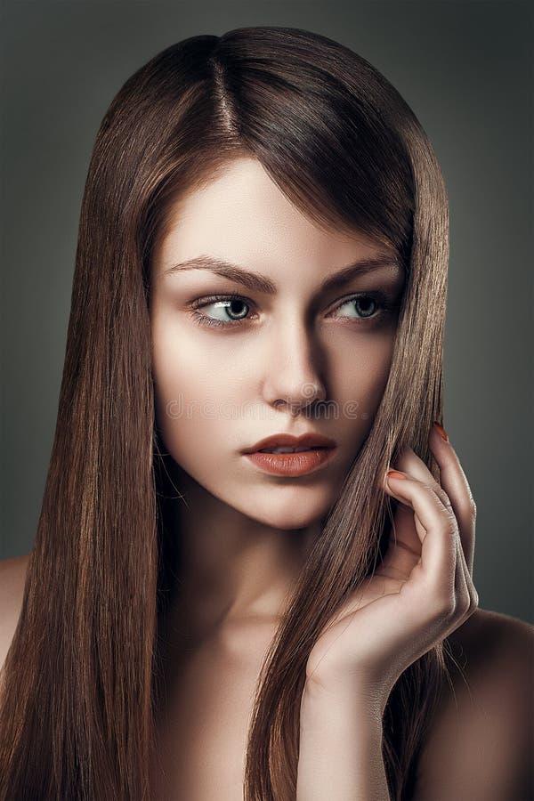 魅力时尚性感的美丽的年轻俏丽的妇女画象 免版税库存图片
