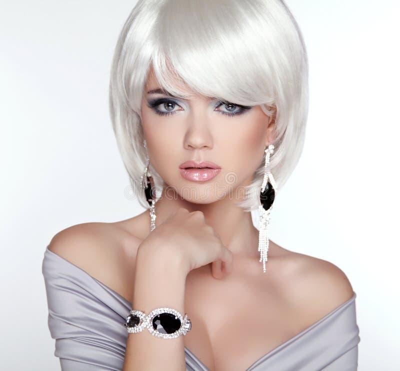 魅力时尚白肤金发的妇女画象 构成 白色短的突然移动ha 免版税库存图片