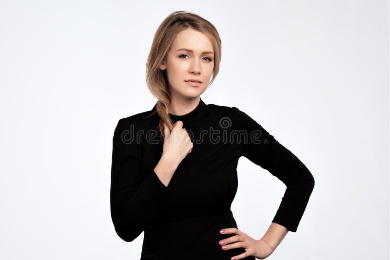 魅力有长的金发的时尚妇女和自然晚上构成穿黑礼服 库存照片