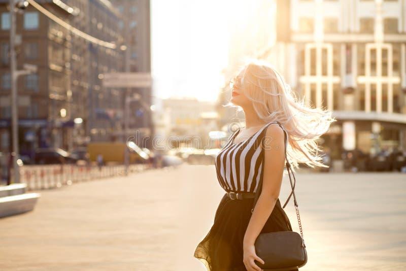 魅力白肤金发的模型佩带的玻璃和ch生活方式画象  图库摄影