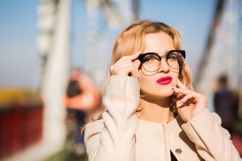 魅力白肤金发的模型街道画象与明亮的构成和lu的 库存照片