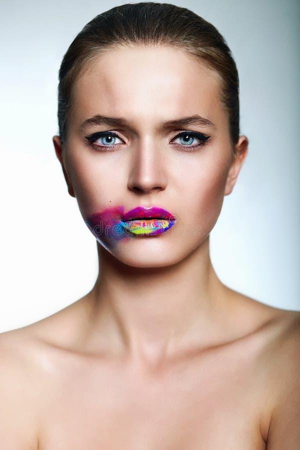 魅力美好的性感的时髦的少妇模型特写镜头画象与明亮的构成的,与有p的创造性的五颜六色的明亮的嘴唇 库存照片