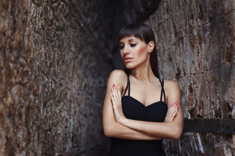 魅力美好的性感的时髦的深色的年轻女人模型特写镜头画象在黑礼服的 免版税库存图片