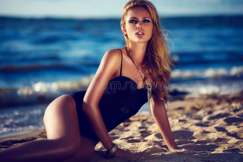 魅力美好的性感的时髦的深色的白种人少妇模型特写镜头画象与明亮的构成的,当完善晒日光浴 库存照片