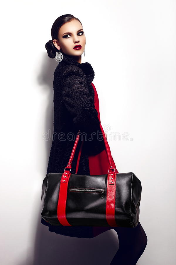 魅力美好的性感的时髦的深色的白种人少妇模型特写镜头画象在红色礼服的有黑b的 免版税库存照片