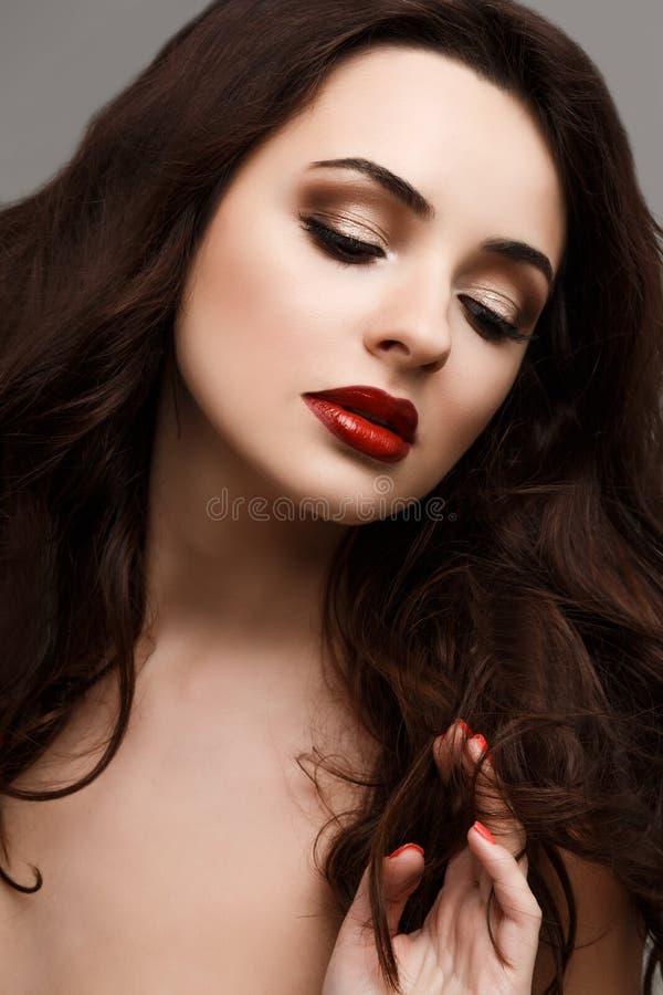 魅力美好的性感的时髦的白种人少妇模型特写镜头画象与明亮的构成的 库存图片