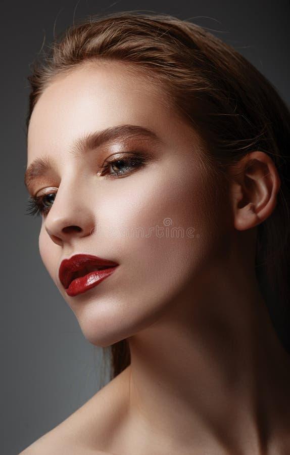 魅力美好的性感的时髦的白种人youn特写镜头画象  免版税库存照片