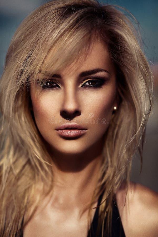 魅力美好的性感的时髦的白肤金发的白种人少妇模型特写镜头画象与明亮的构成的,当完善晒日光浴 免版税库存图片