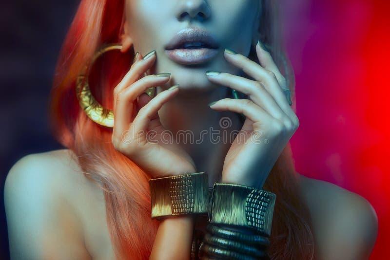 魅力艺术与金黄构成的妇女画象和金黄Manicu 免版税图库摄影