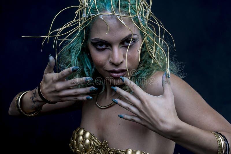 魅力,有绿色头发的拉丁妇女和金冠状头饰,佩带韩 免版税库存照片