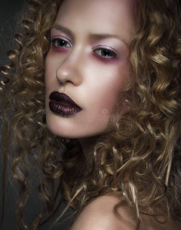 魅力 有紫罗兰色染睫毛油和嘴唇的时髦的妇女 免版税库存照片