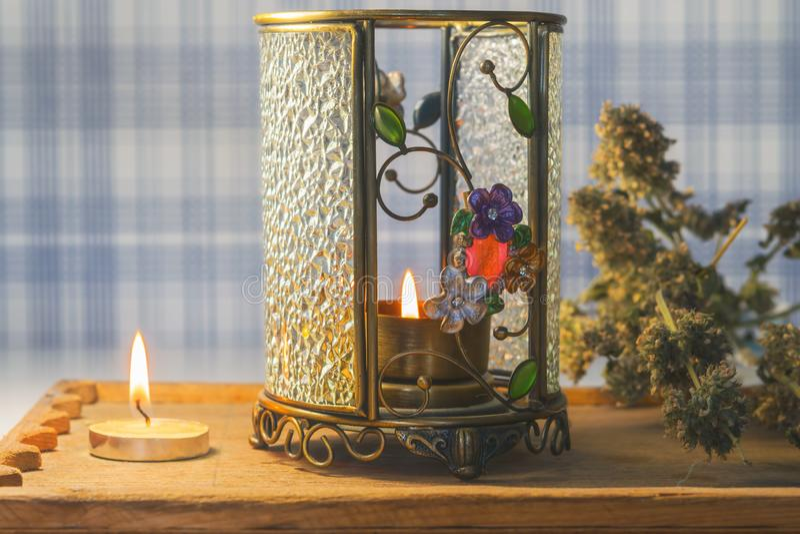 魔术、背景凝思的与一个灼烧的蜡烛,干草本和芳香灯, 免版税库存照片