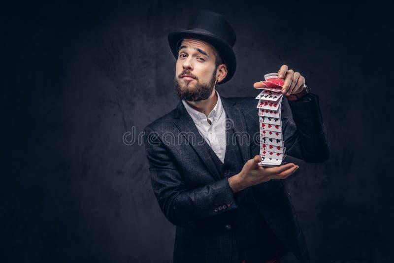 魔术师与纸牌的陈列把戏 免版税库存照片