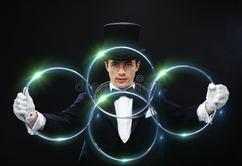 魔术师与连接圆环的陈列把戏 库存图片