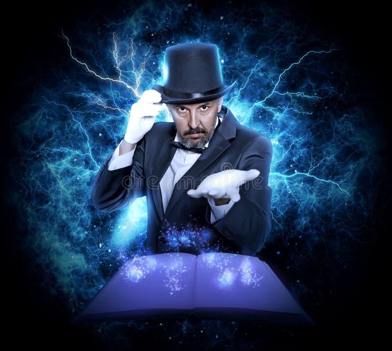 魔术师和魔术书 库存图片