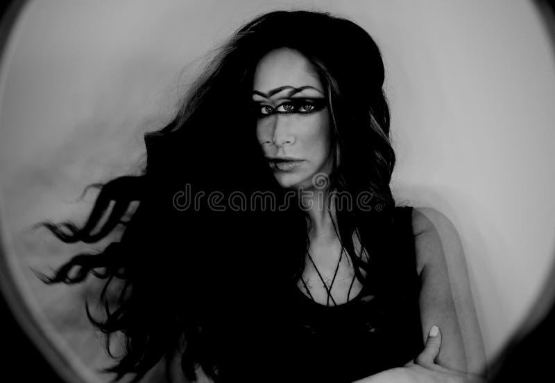 魔术师妇女,三只眼,巫婆概念黑暗的幻想画象  免版税库存图片