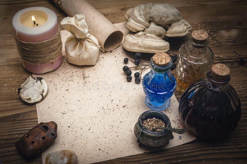 魔药和空白的食谱纸卷 Phytotherapy 替代草药 僧人 druidism 库存照片