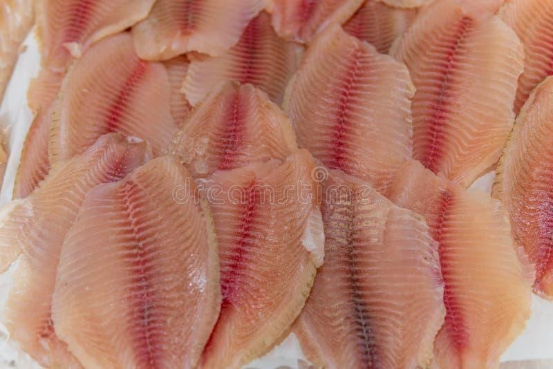 鱼、鱼排和鱼片在冰说谎在超级市场 免版税库存图片