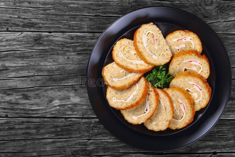鱼卷状食物用蟹肉在切片切开了 免版税库存照片