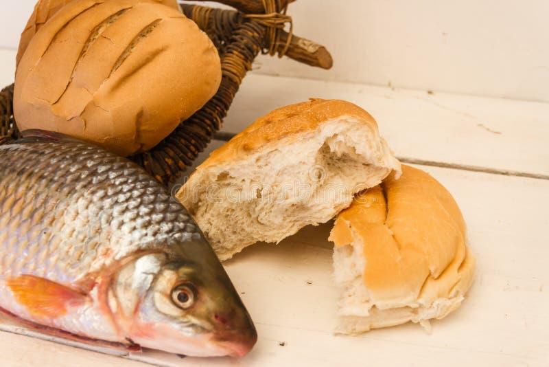 鱼和面包在白色背景 免版税库存图片