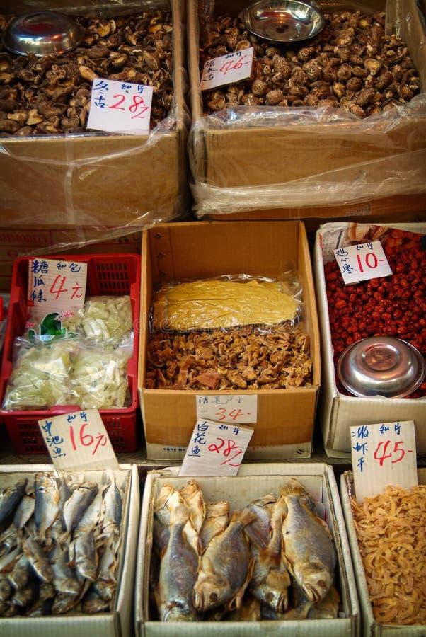 鱼和香料被显示在一个室外香港市场上 免版税库存图片