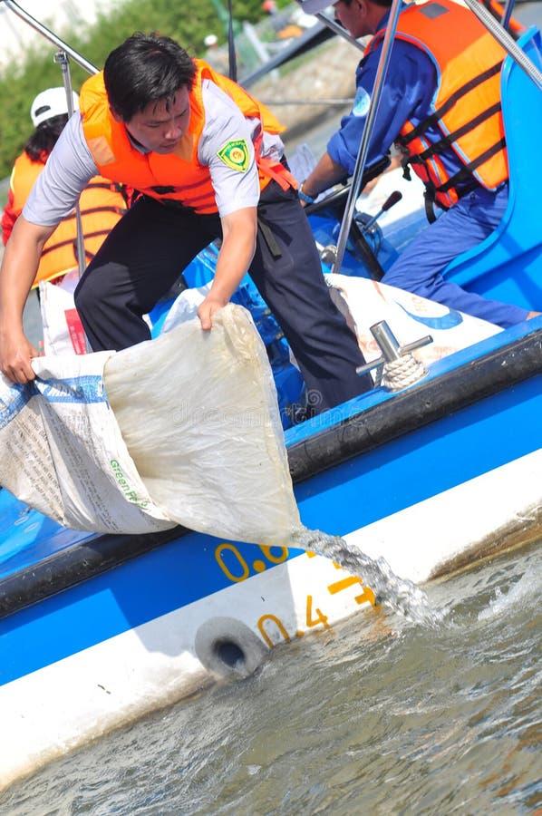 鱼在准备的塑料袋被保留在西贡河被发布在全国渔场天在越南 库存图片