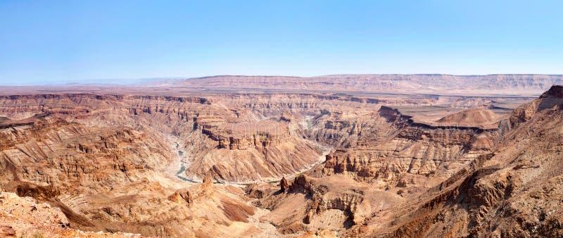 鱼在旱季顶视图期间的河峡谷,美好的风景山风景全景在非洲南部,纳米比亚 免版税库存图片