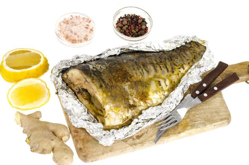 鱼在箔烘烤了用柠檬和姜 免版税库存图片