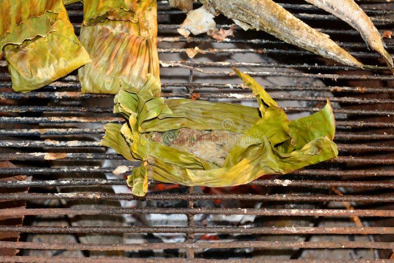 鱼在香蕉叶子烤肉用咖哩粉调制 库存图片