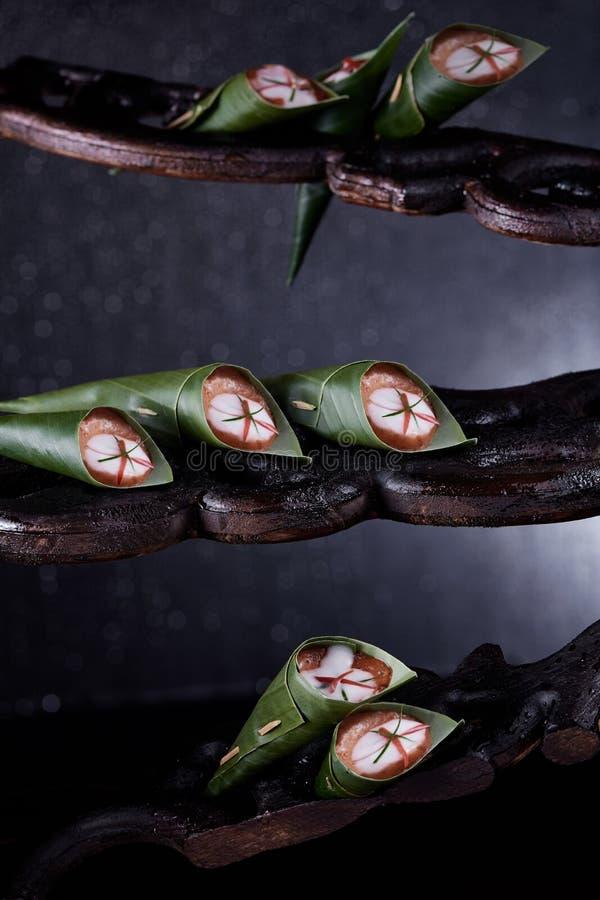 鱼在香蕉叶子用咖哩粉调制 图库摄影