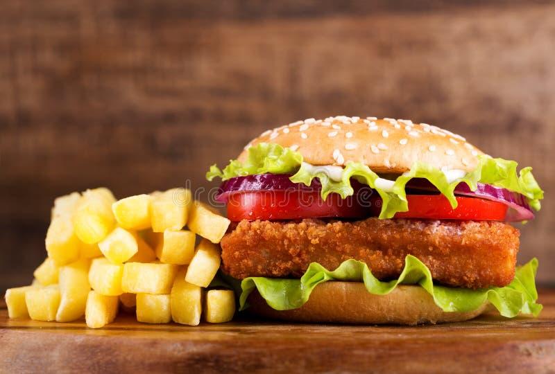 鱼汉堡用炸薯条 免版税库存图片