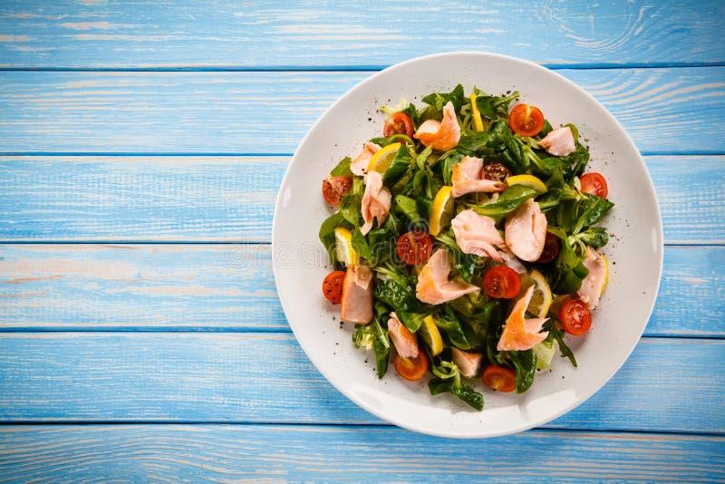 鱼沙拉-烤三文鱼和菜 免版税库存照片