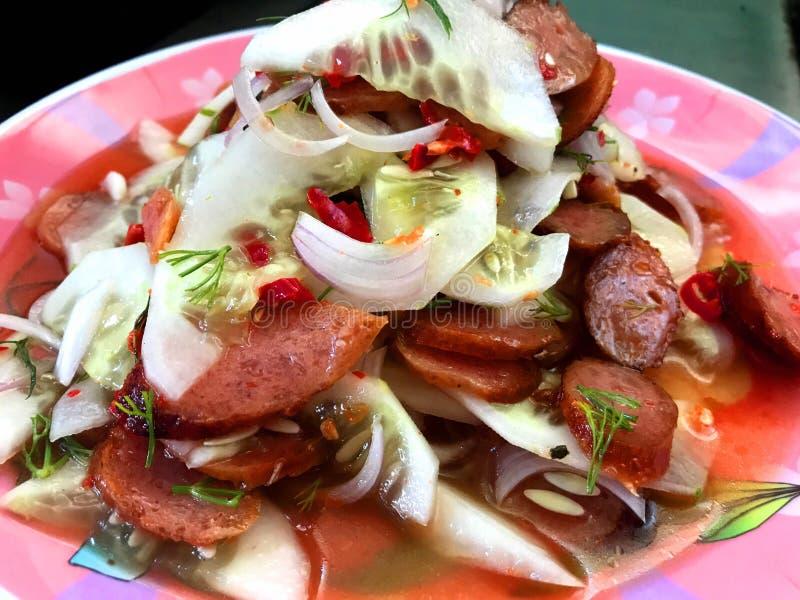 鱼泰国香肠沙拉 库存图片