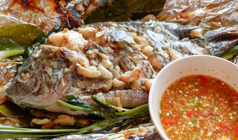 关闭烤罗非鱼鱼弗洛伊德和草本泰国食物三湖慈鲷什么石头图片