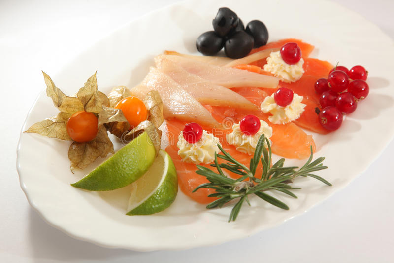 Download 鱼盛肉盘用柠檬 库存图片. 图片 包括有 健康, 可口, 新鲜, 豪华, 莴苣, 美食术, 美食, 自然 - 72362977